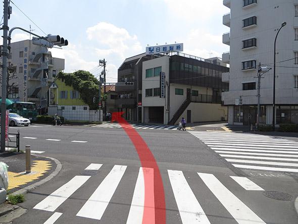 大通りを渡り、左斜め前の道に入ります。