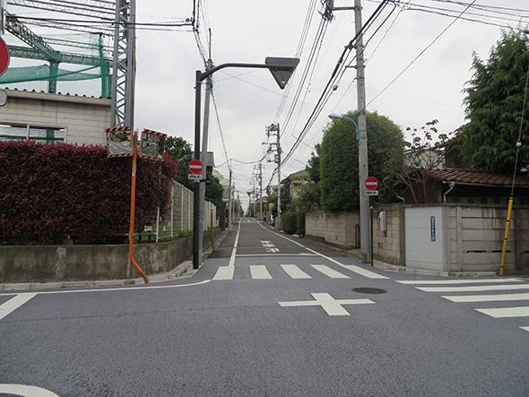 交差点を渡ると、右手に吉沢接骨院が見えてきます。