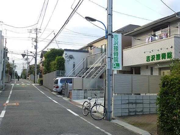 緑色の看板と扉が目印です。